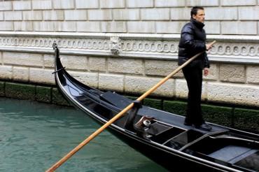 2013-10-10_03_Gondolier Gondola Venice Italy